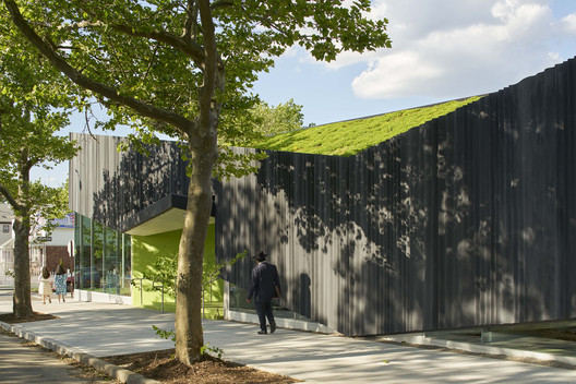 Biblioteca Kew Gardens Hills / WORKac