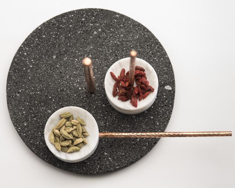 Caterina Moretti e Alejandra Carmona combinam rocha vulcânica, mármore e cobre em peça culinária, Cortesía de PECA