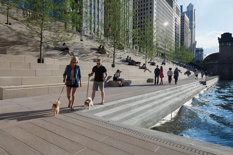 Vídeo aéreo mostra a nova orla fluvial de Chicago um ano após ser inaugurada, © Kate Joyce Studios