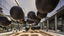 500 globos negros dan forma a Aidah, una interesante manera de representar la historia del Medio Oriente