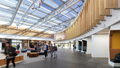 Deakin University Burwood Student Plaza / ThomsonAdsett
