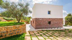 Casa con patio de piedra / Studio 4e