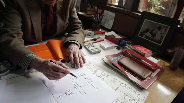 Exposición en París reúne 200 dibujos del arquitecto colombiano Germán Samper, Germán Samper dibujando durante una entrevista realizada por ArchDaily en 2015. Image © Nicolás Valencia