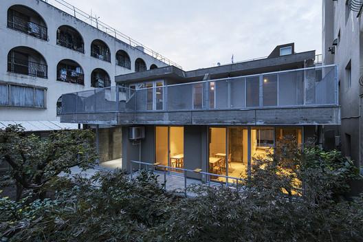 Blue Bottle Coffee Sangenjaya Cafe / Schemata Architects