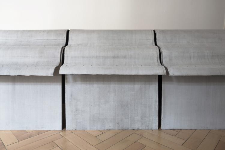 Zeller & Moye integran algodón y concreto para crear una línea de mobiliario expuesta en el Textilmuseum St. Gallen de Suiza, © Christoph Zeller