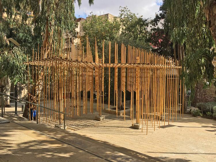 Estudantes constroem pavilhão de bambu suspenso com cordas e junções impressas em 3D, © Barak Pelman