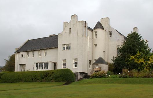 Hill House as it stands today © Flickr <a href='http://https://www.flickr.com/photos/hisgett/36698087814/in/photolist-XUThXY-um4aM-YAQuC3-5vCauR-5vGtMS-fUBHod-UHynxs-um2PQ-fGBnhp-ukYEt-um3io-ukYBH-um5ve-um2Hf-um432-ukXqe-5vCag8-um2mj-um2AV-um6Lw-YWQJv5-ukYq7-um3sz-um1by-XYkMYc-YZAHZK-XYJgNX-um6WY-YZAFna-um5M8-ukZtS-YWQF9q-um5YP-ukZ5o-um2eo-um2tW-um3VD-um6aZ-VZVDbr-XYkEGi-um3C3-ukZ8W-ukXY9-nqPNRC-um3M5-um7oB-5vCacT-ukX5z-um4iK-ukZjc'>user hisgett</a>. Licensed under CC BY 2.0