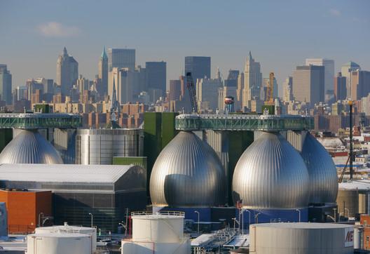 Newtown Creek Wastewater Treatment Plant. Image © Jeff Goldberg/Esto