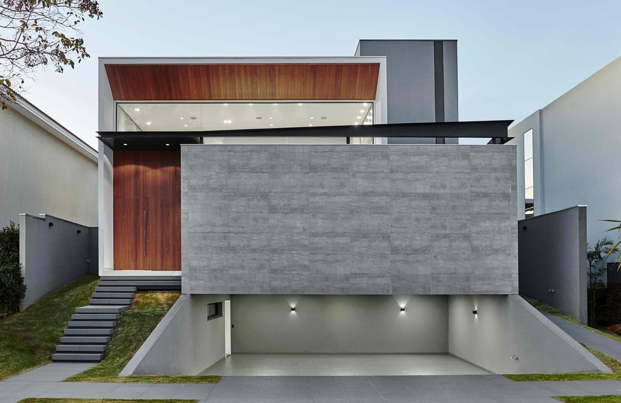 Cumaru house raffo arquitetura archdaily for Casa minimalista roja