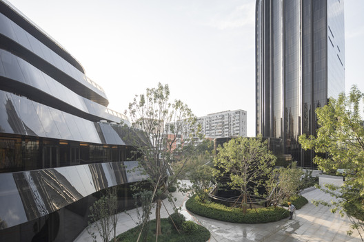 Chaoyang Park Plaza / MAD Architects. Imagen © Laurian Ghinitoiu