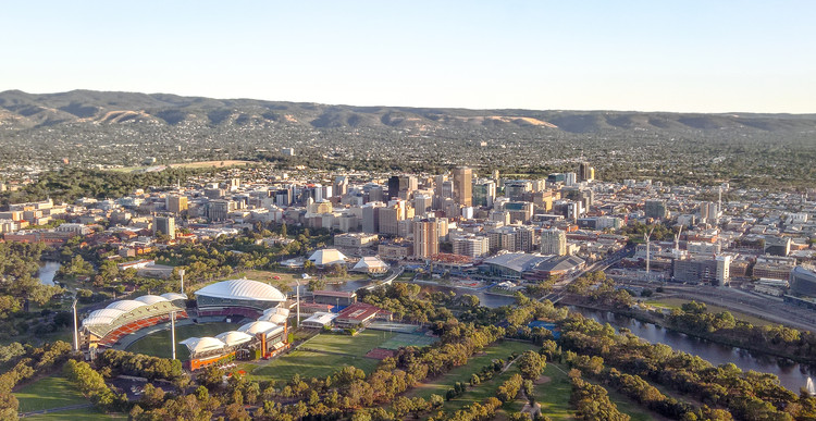 6 Star-Studded Teams Shortlisted in Adelaide Contemporary International Design Competition, An aerial view of downtown Adelaide. The University of Adelaide can be seen on the left side of the photo. © Wikimedia user Normangerman at English Wikipedia. Licensed under CC BY-SA 3.0
