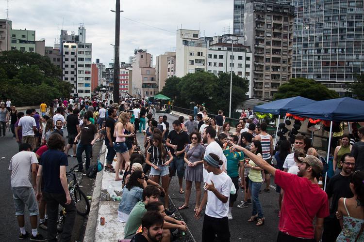 Câmara de SP aprova a abertura do Minhocão os sábados e nos meses de férias, Elevado Presidente João Goulart aberto para as pessoas. Foto por Preliminares, via Flickr. Licença CC BY-SA