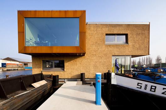 Attika Architekten's <a href='https://www.archdaily.com/585536/floating-office-for-waternet-attika-architekten'>Floating Office for Waternet</a> incorporates thatch walls. Image Courtesy of Martine Berendsen, Bart van Hoek, and Attika Architekten
