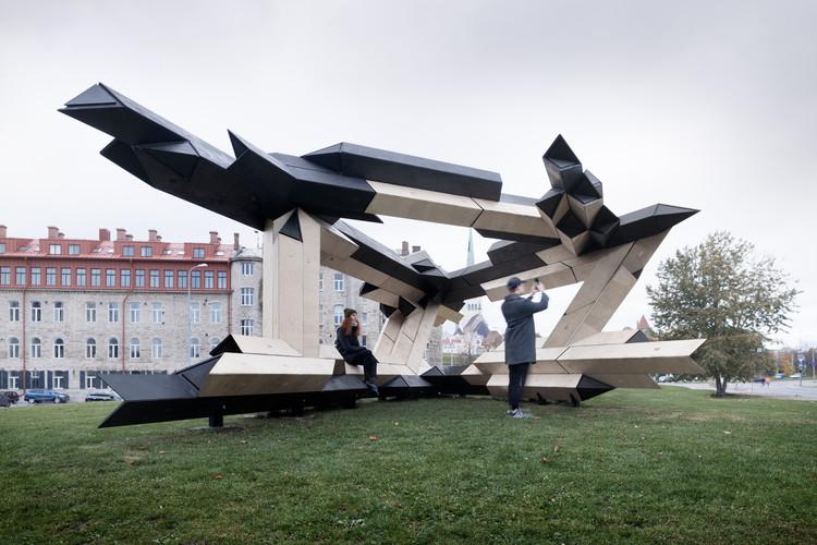 Instalação feita de blocos de madeira compensada é premiada na Bienal de Tallinn 2017, © Studio Naaro
