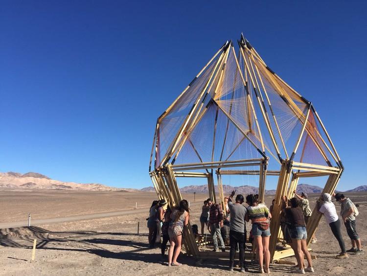 'Flor geometrizada' conforma um espaço de encontro no Deserto do Atacama, © Engels Ruelas