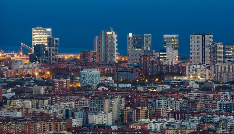 La receta urbana de la Barcelona Supermodelo, según Alessandro Scarnato, Vista al distrito financiero en Diagonal Mar i el Front Marítim del Poblenou, Barcelona. Image © Maciek Lulko
