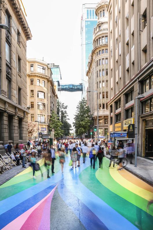 Colorida intervención busca transformar en paseo peatonal emblemática calle de Santiago Centro, © María González