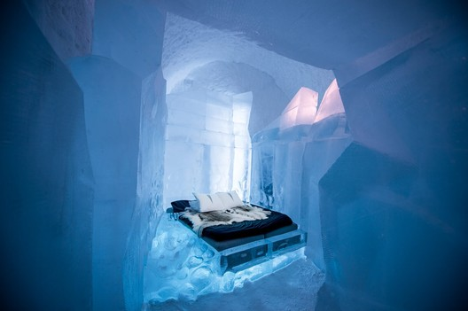 34 Meters / Luca Roncoroni & Dave Ruane. Photograph by <a href='http://http://www.asafkliger.com/'>Asaf Kliger</a> © <a href='http://https://www.icehotel.com/ice-galleries/art-design-2017-2018/'>ICEHOTEL</a>