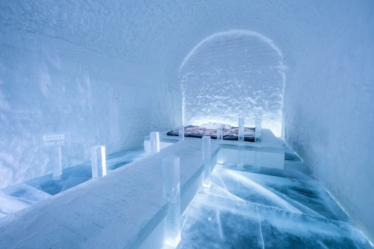 Danger Thin Ice / Franziska Agrawal. Photograph by <a href='http://http://www.asafkliger.com/'>Asaf Kliger</a> © <a href='http://https://www.icehotel.com/ice-galleries/art-design-2017-2018/'>ICEHOTEL</a>