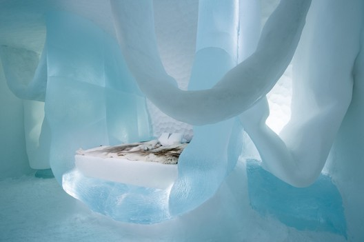 Hang in There / Marjolein Vonk and Maurizio Perron. Photograph by <a href='http://http://www.asafkliger.com/'>Asaf Kliger</a> © <a href='http://https://www.icehotel.com/ice-galleries/art-design-2017-2018/'>ICEHOTEL</a>