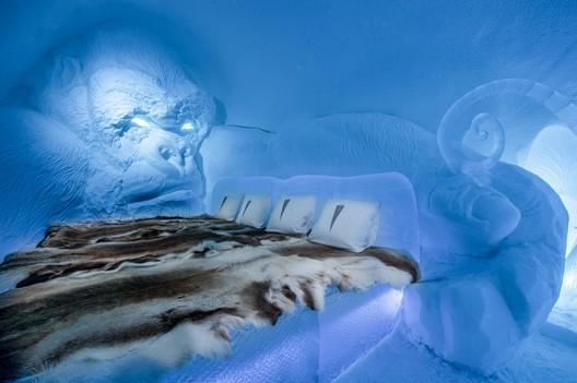 King Kong / Lkhagvadorj Dorjsuren. Photograph by <a href='http://http://www.asafkliger.com/'>Asaf Kliger</a> © <a href='http://https://www.icehotel.com/ice-galleries/art-design-2017-2018/'>ICEHOTEL</a>