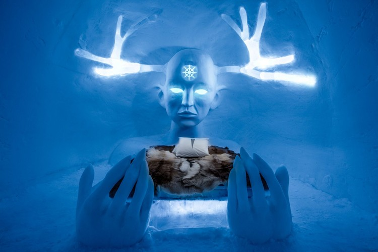 See the Dazzling Ice Architecture at Sweden's ICEHOTEL, Queen of the North / Emilie Steele & Sebastian Dell'Uva. Photograph by <a href='http://http://www.asafkliger.com/'>Asaf Kliger</a> © <a href='http://https://www.icehotel.com/ice-galleries/art-design-2017-2018/'>ICEHOTEL</a>