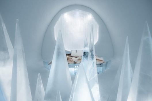 White Desert / Timsam Harding & Fabián Jacquet Casado. Photograph by <a href='http://http://www.asafkliger.com/'>Asaf Kliger</a> © <a href='http://https://www.icehotel.com/ice-galleries/art-design-2017-2018/'>ICEHOTEL</a>
