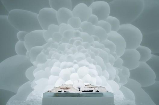 Cumulus / AnnaKatrin Kraus & Hans Aescht. Photograph by <a href='http://http://www.asafkliger.com/'>Asaf Kliger</a> © <a href='http://https://www.icehotel.com/ice-galleries/art-design-2017-2018/'>ICEHOTEL</a>