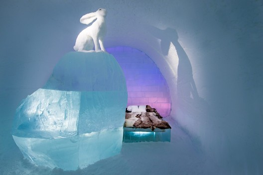 Follow the White Rabbit / AnnaSofia Mååg & Niklas Byman. Photograph by <a href='http://http://www.asafkliger.com/'>Asaf Kliger</a> © <a href='http://https://www.icehotel.com/ice-galleries/art-design-2017-2018/'>ICEHOTEL</a>
