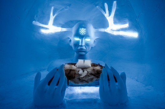Queen of the North / Emilie Steele & Sebastian Dell'Uva. Photograph by <a href='http://http://www.asafkliger.com/'>Asaf Kliger</a> © <a href='http://https://www.icehotel.com/ice-galleries/art-design-2017-2018/'>ICEHOTEL</a>