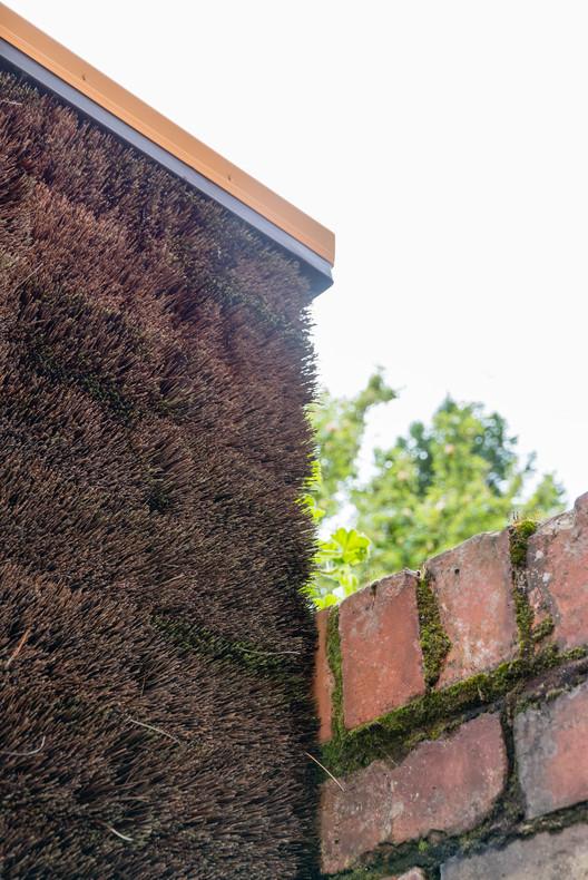 """Esta fachada """"peluda"""" oculta un espacio para enfocarse calmadamente en el trabajo"""