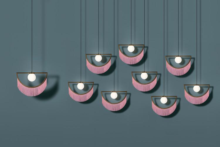 Esta lámpara dorada con flequillo rosado diseñada por Masquespacio hace alusión 'al pasado y al futuro', © Luis Beltrán
