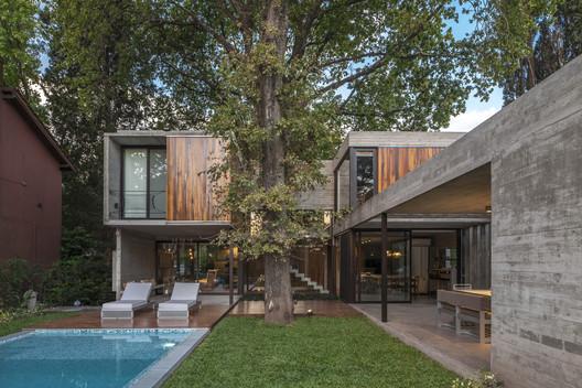 ARANZAZU House / Besonias Almeida Arquitectos