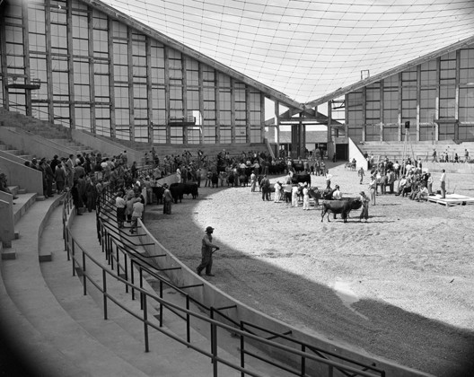 """Raleigh Arena / Fred Severud. Image <a href='https://commons.wikimedia.org/wiki/File:Cattle_judging_event_at_Dorton_Arena_(Cow_Palace)_before_roof_was_installed._October_15th_1952_(21981642200).jpg'>© Fæ via Wikimedia</a></noindex></noindex>"""" title=""""Raleigh Arena / Fred Severud. Image <noindex><noindex><a target="""