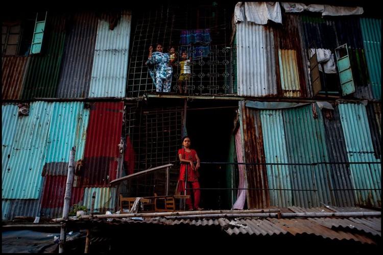 Hora de confrontar o déficit habitacional nos centros urbanos, Moradias informais em Dhaka, Bangladesh. Foto: Zoriah/Flickr, via TheCityFix Brasil