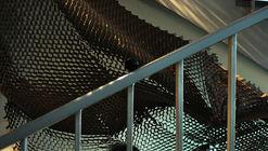 TRAIT, una instalación efímera que manipula las cualidades visuales y táctiles del cartón panal
