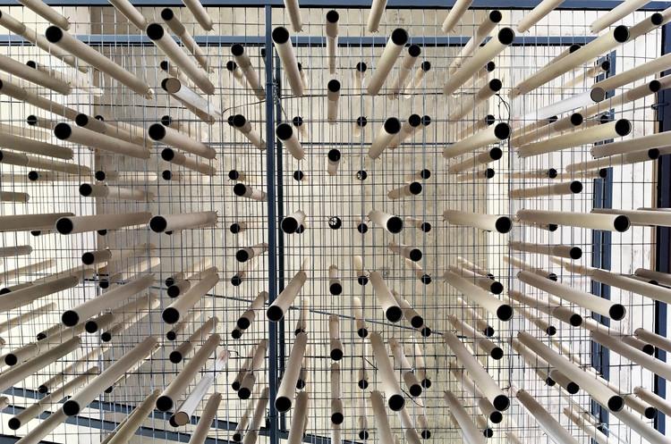 600 tubos de cartón dan utilidad a un espacio en desuso en un campus universitario, © Nicolás Iza