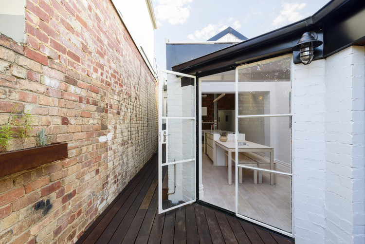 Curtain Cottage / Apparte Studio, Courtyard by day. Image © Daniel Aulsebrook