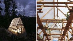 Cómo construir un invernadero de bajo presupuesto con un triángulo de bambú, madera y plástico