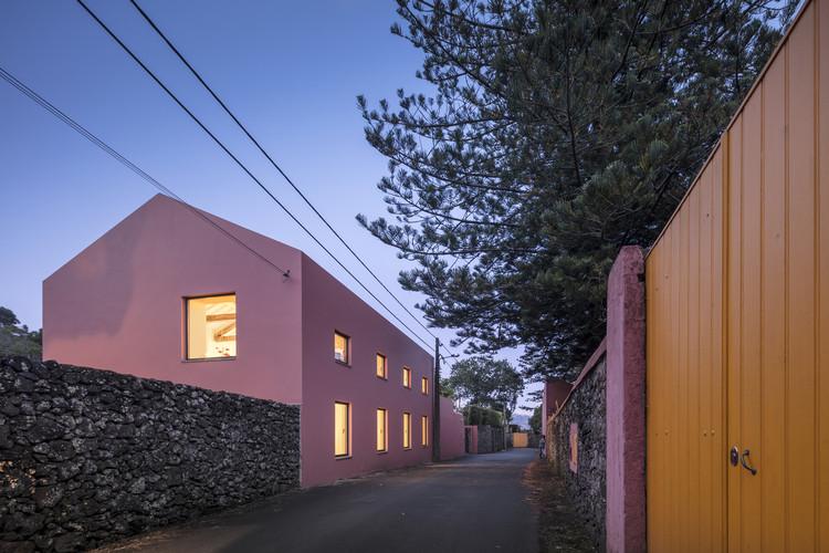 Hospede-se na Casa Rosa projetada pelo Mezzo Atelier nos Açores, © Fernando Guerra | FG+SG