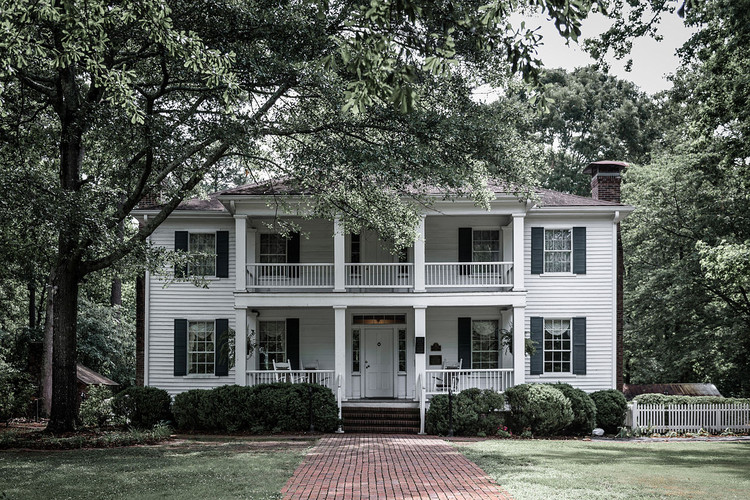 How the Portrayal of Houses in Cinema Shows Uncomfortable Truths About Hollywood's Relationship to Race, The Stately Oaks Plantation House in Jonesboro, Georgia, is widely believed to have been the inspiration for Tara, the fictional plantation house from Gone With the Wind. Image © <a href='https://commons.wikimedia.org/wiki/File:Stately_Oaks.jpg'>Wikimedia user Maksim Sundukov</a> licensed under <a href='https://creativecommons.org/licenses/by-sa/4.0/deed.en'>CC BY-SA 4.0</a>