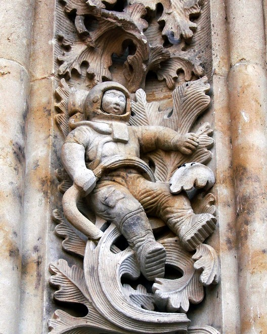 Escultura representando un astronauta en la Catedral Nueva de Salamanca, España. Imagen © <a href='https://commons.wikimedia.org/wiki/File:Sculpture_of_astronaut_added_to_New_Cathedral,_Salamanca,_Spain,_during_renovations.JPG'>Marshall Henrie [Wikimedia]</a>, bajo licencia <a href='https://creativecommons.org/licenses/by-sa/3.0/deed.en'>CC BY-SA 3.0</a>