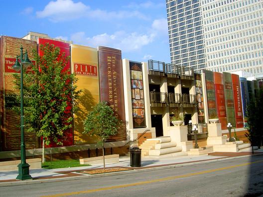 Biblioteca pública de Kansas City. Imagen © <a href='https://www.flickr.com/photos/timsamoff/44726082'>timsamoff [Flickr]</a>, bajo licencia <a href='https://creativecommons.org/licenses/by-nd/2.0/'>CC BY-ND 2.0</a>