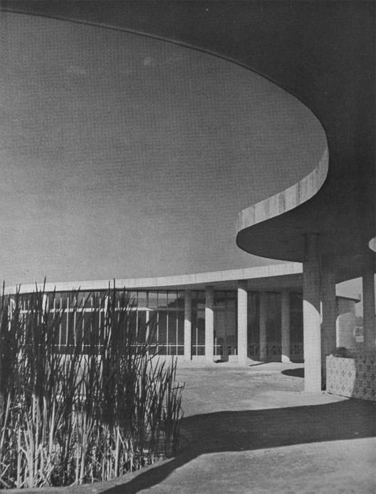 Ilha-restaurante da Pampulha. Projeto de Oscar Niemeyer. 1942. Image © G. E. Kidder Smith, retiradas do catálogo Brazil builds : architecture new and old, 1652-1942