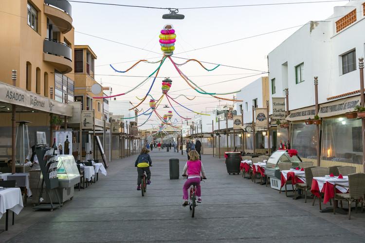 Menis convierte objetos abandonados por los turistas de Fuerteventura en criaturas de inspiración marina, © Patricia Cámpora