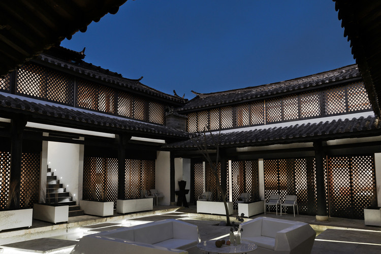 Lijiang Back and Forward Boutique Hotel / NTYPE, Central Yard Night View. Image © Joao Lemos