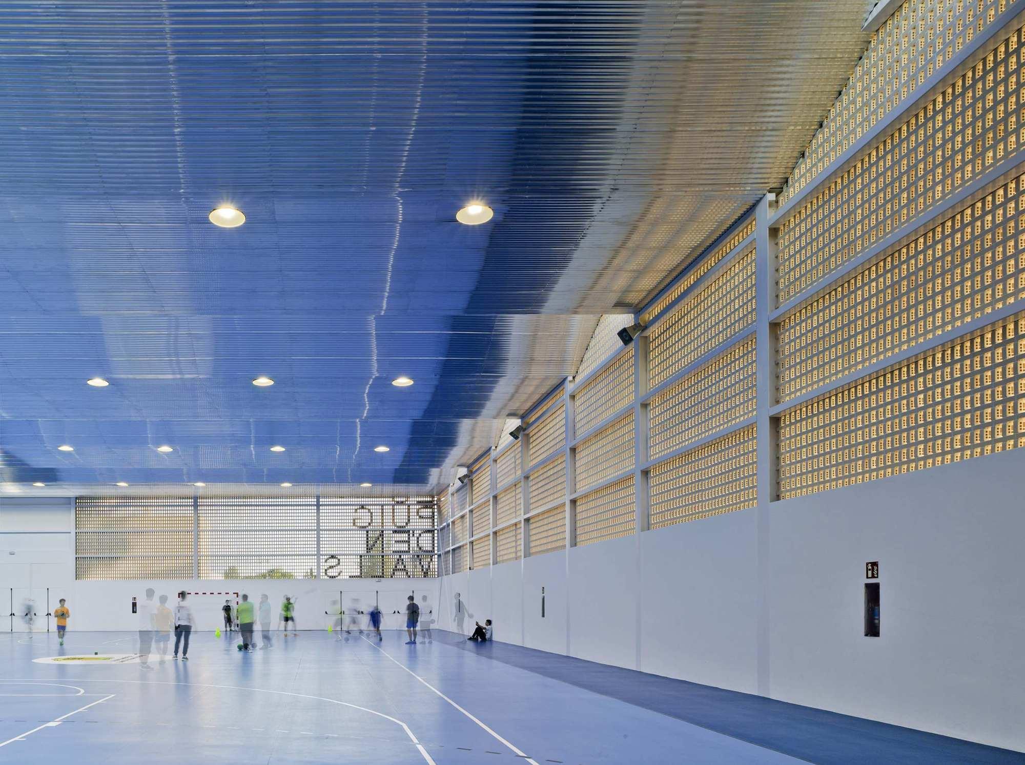 Galer a de centro deportivo es puig d 39 en valls mcea arquitectura 15 - Centro deportivo siglo xxi zaragoza ...