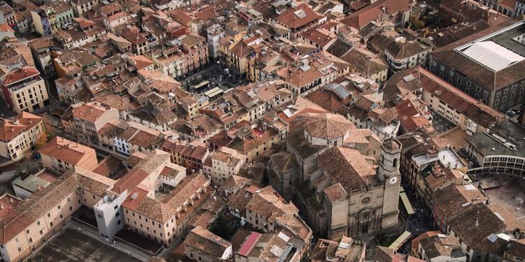 ¿Es posible volver a vivir en el centro de las ciudades? #OlotMésB dice sí, Vista aérea del Nucli Antic de Olot, con la Plaza Mayor en el centro. Image Cortesía de Paisaje Transversal