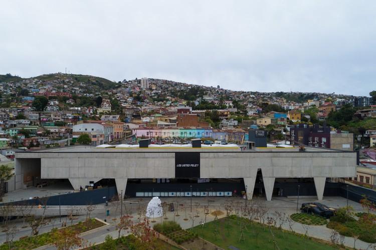 Este fue el montaje de la XX Bienal de Arquitectura de Chile 'Diálogos Impostergables', Vista aérea Parque Cultural de Valparaíso con intervención de Alfredo Jaar. Image © Pablo Blanco