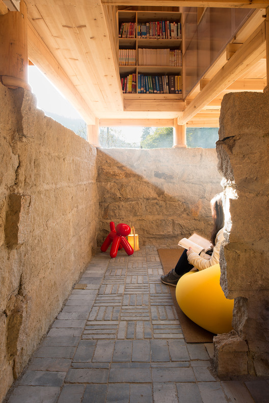 """Inside Jing-Ya granary bookstore, the """"wood house"""" was elevated to bring natural light in. Image © Meng Zhou"""